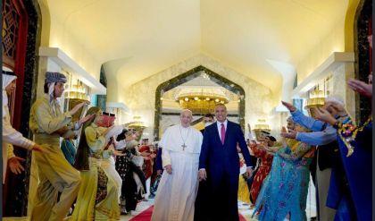 مكتب الكاظمي يلخص رحلة بابا الفاتيكان التاريخية إلى العراق بصور من زوايا نادرة