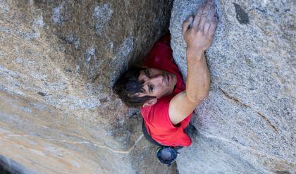 أميركي يتسلق جبل طوله 3000 قدم دون حبال