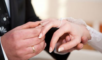 خوفاً من (كورونا).. شاهد كيف احتفل عروسان  بزواجهما