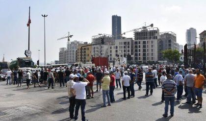 متظاهرون يقطعون الطرق في بيروت احتجاجاً على الأوضاع الاقتصادية
