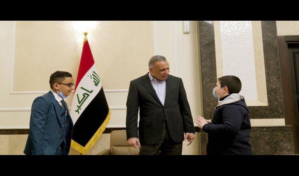 الكاظمي يستقبل طفلين موهوبين من الموصل والبصرة