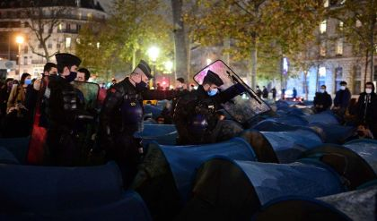 الشرطة الفرنسية تطلق الغاز المسيل لتفكيك مخيّم للمهاجرين وسط باريس