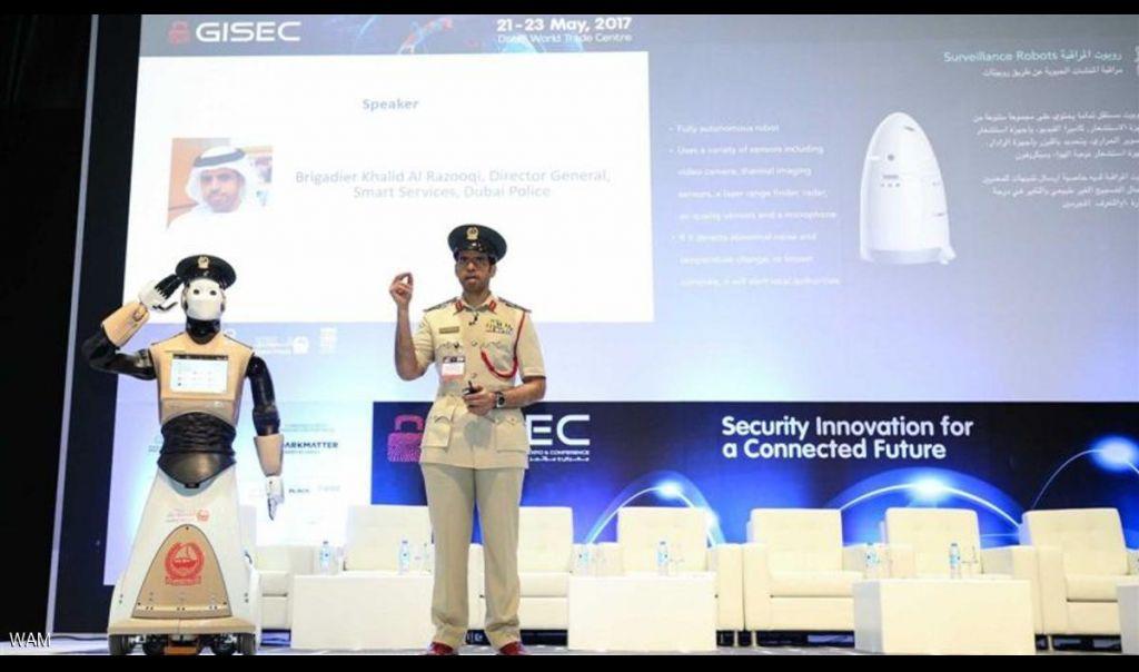 أول شرطي آلي ينضم إلى شرطة دبي