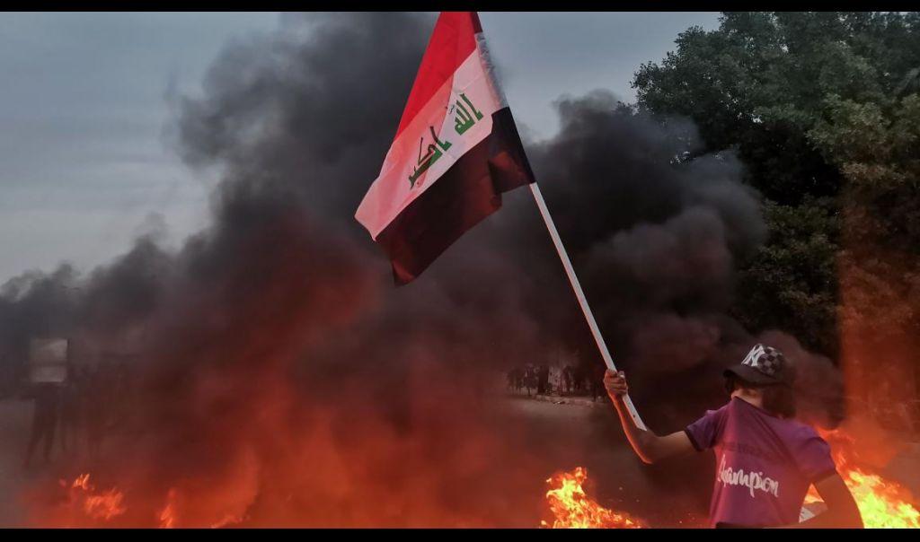 ذي قار.. مئات المتظاهرين يتجمعون في ساحة الحبوبي ويؤكدون بقاءهم رغم مساعي إنهاء الاحتجاجات