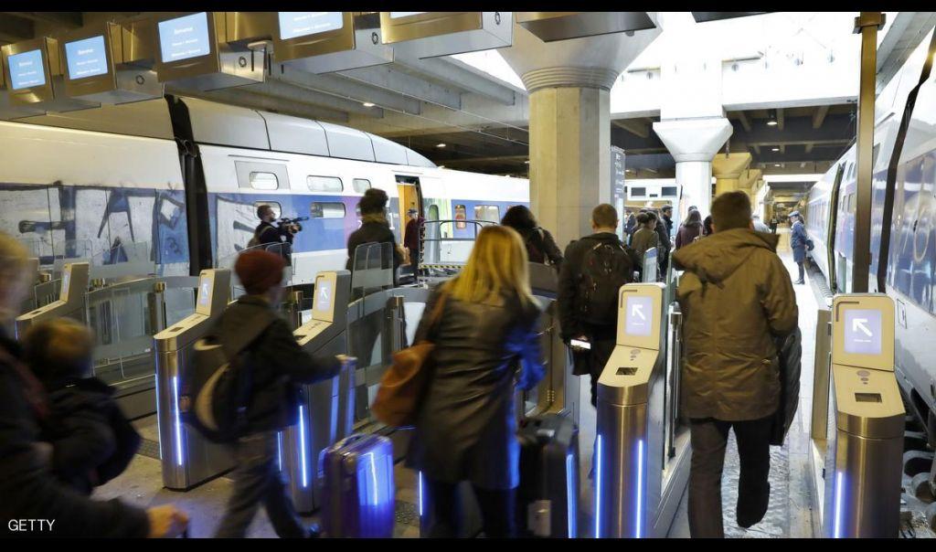 رجل يحمل سكينا يثير الذعر بمحطة قطار في باريس