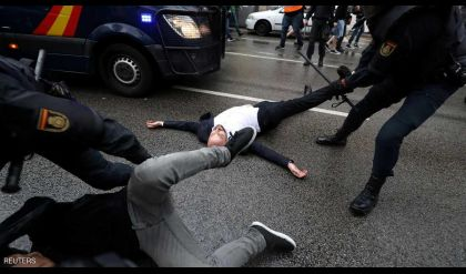اصابة العشرات جراء قمع الشرطة لاستفتاء كتالونيا