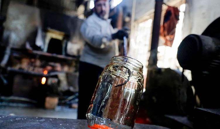 لبنانيون يحولون زجاج بيروت المحطم جراء الانفجار إلى أباريق وأوعية