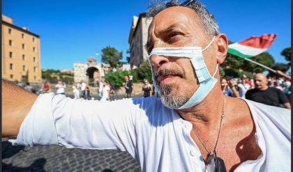 المئات في روما يتظاهرون احتجاجاً على فرض الكمامات والتلقيح الإلزامي