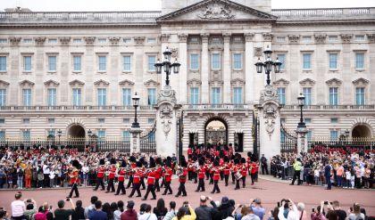 بعد توقف لأكثر من عام بسبب كورونا قصر باكينغهام يعيد مراسم تبديل الحرس