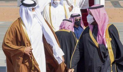 أول لقاء مصالحة بعد الأزمة الخليجية حافل برحابة العناق والقبل بين