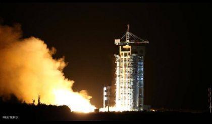 الصين تطلق مسبارا لجمع عينات من القمر