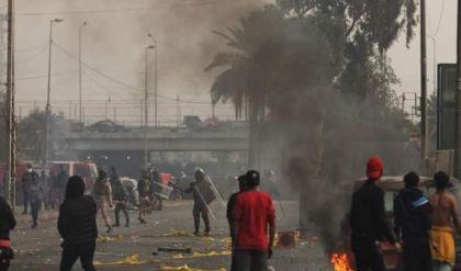 مواجهات بين المحتجين وقوات مكافحة الشغب قرب طريق محمد القاسم السريع شرقي بغداد
