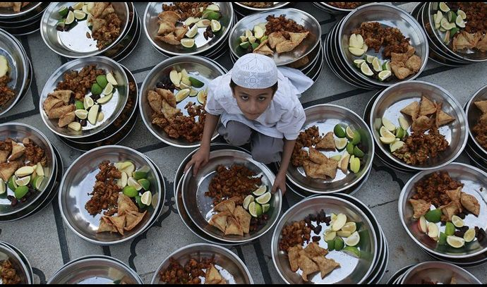 لهذه الاسباب يزيد وزنك في رمضان رغم الصيام